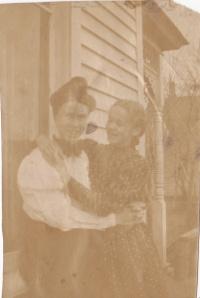 Effie & Ini c 1902